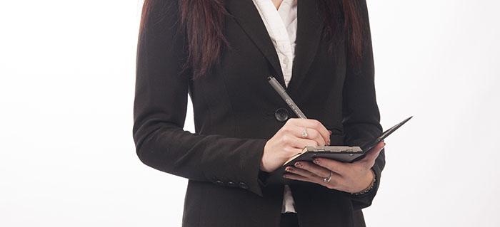Wirtschaftsdetektivin der Detektiv SYSTEM Detektei® in der Beweisaufnahme - Wirtschaftsauskunftei