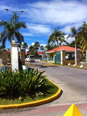 In Begleitung des Private Eye auf Sint Maarten geht es zum PI-Office, wo das Briefing für den nächsten scharfen Einsatztag abgehalten wird. Bildrechte: DSD Detektiv SYSTEM Detektei ® GmbH / Randel