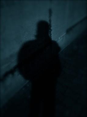 Der Restlichtverstärker macht eine Person aus dem angrenzenden Wald kommend am Zielobjekt sichtbar. Es ist zweifelsfrei eine männliche Person. Fotorechte: DSD Detektiv SYSTEM Detektei ® GmbH