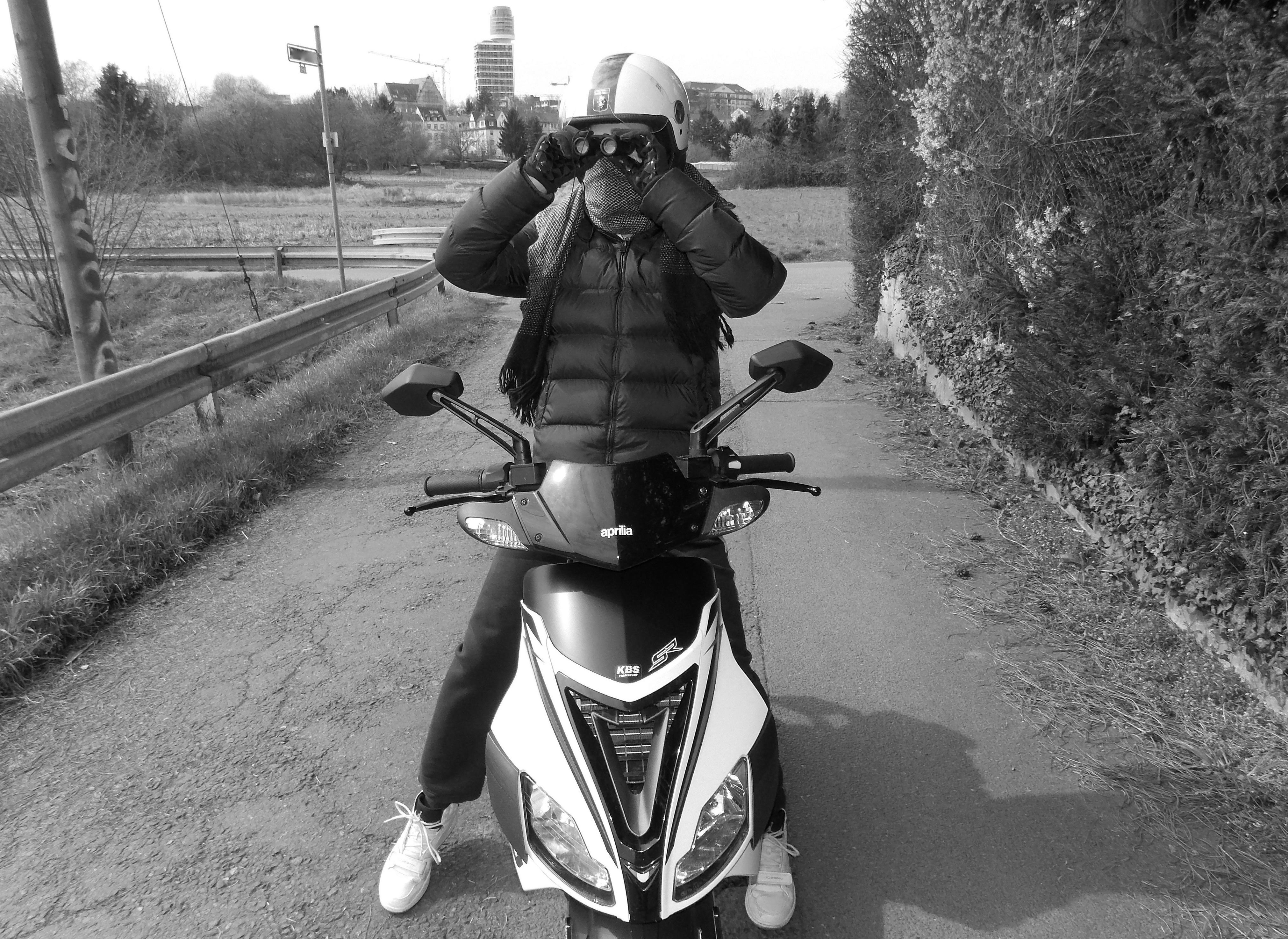 Motorrad-Detektiv beobachtet bei Observationsauftrag