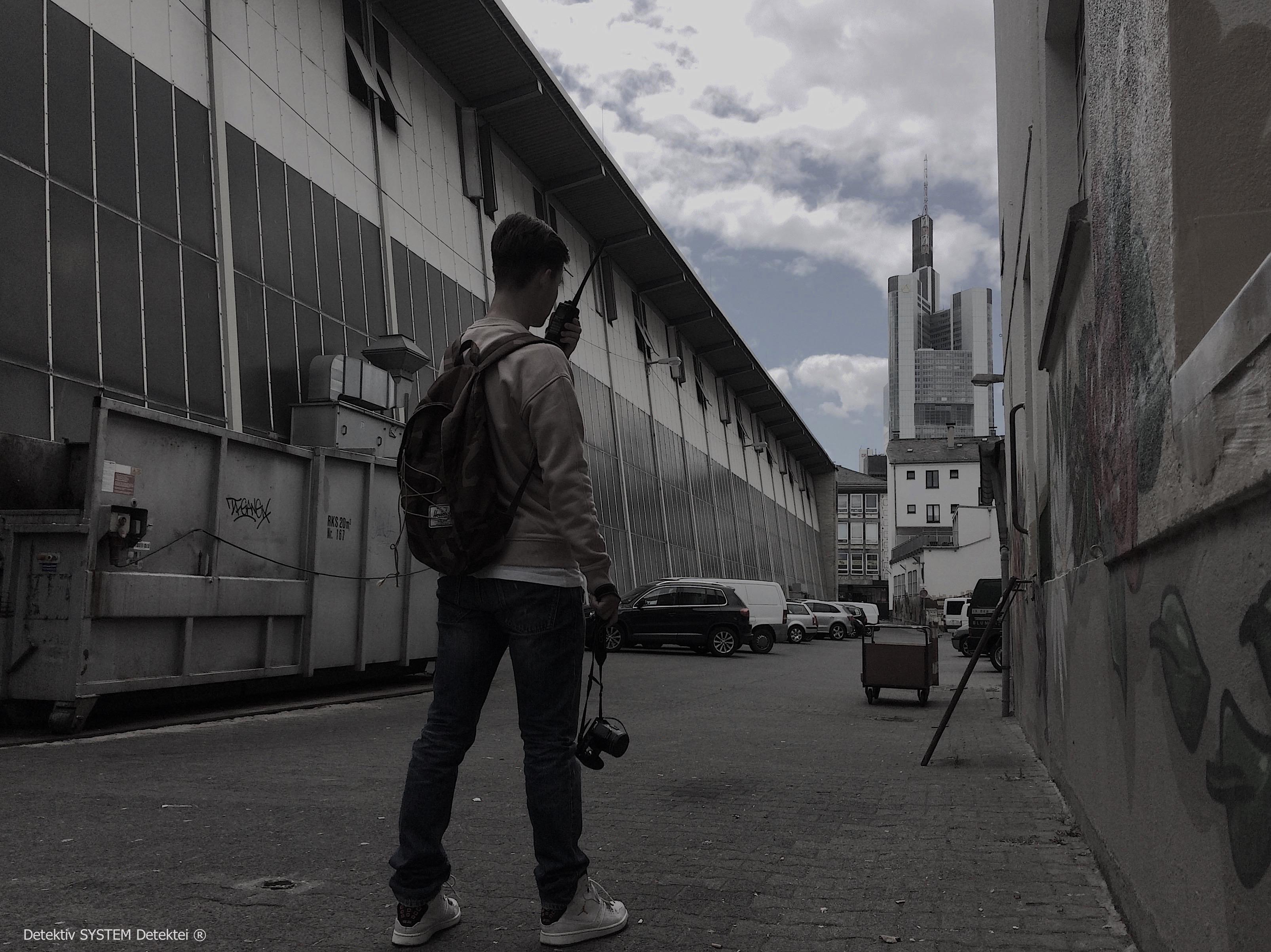 Detektei Frankfurt am Main mit Observant im Auftragseinsatz