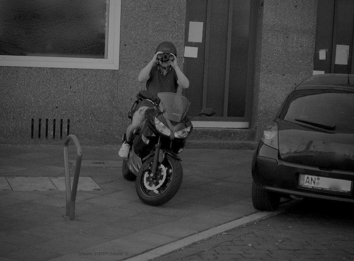 Motorrad-Detektiv observiert Zielperson
